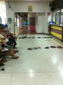 А вот так занимают очередь в Таиланде